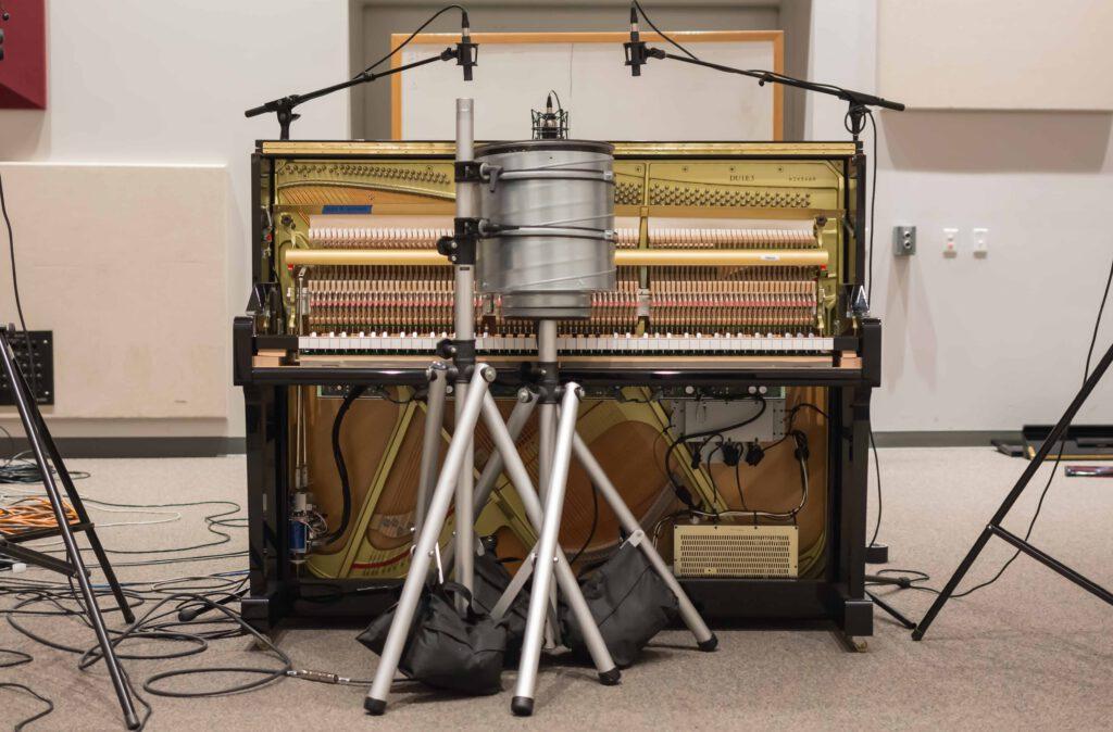Klavier mit Anschlagsaktuator und Schalldämmung
